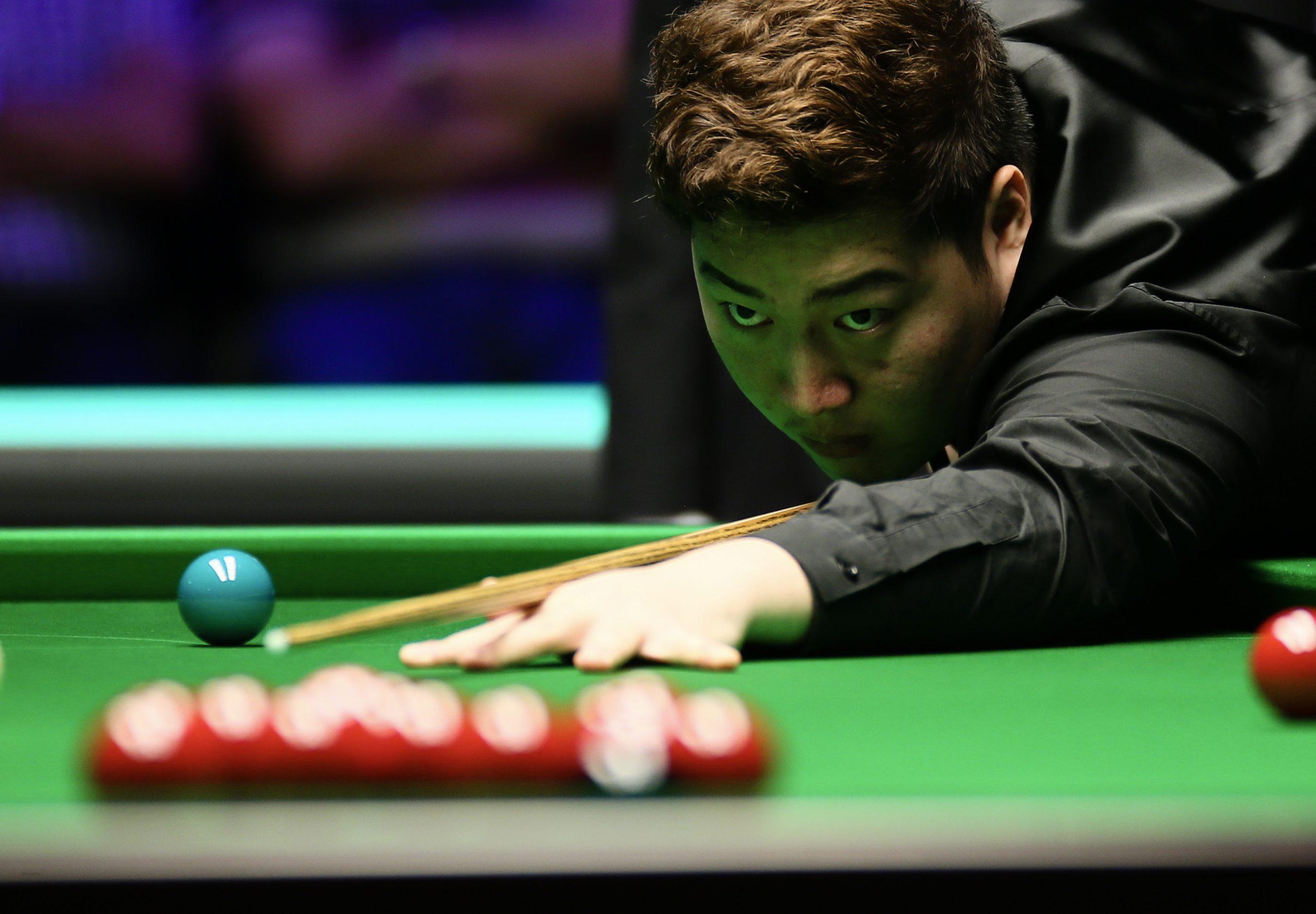 Yan Bingtao and Matthew Selt win respective groups